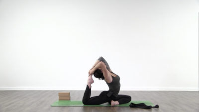 screenshot from online yoga class with yoga teacher Lauren Matters at Yogateket yoga studio in Uppsala Sweden
