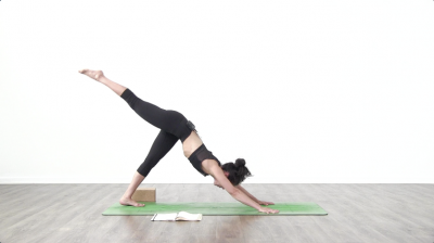 Lizette pompa is practising yoga on a green yoga mat